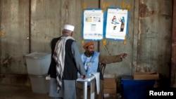 阿富汗选举工作人员给选民做向导