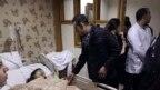 Bức hình do Đại sứ quán Việt Nam ở Ai Cập công bố cho thấy Đại sứ Trần Thành Công thăm hỏi một du khách Việt Nam bị thương tại bệnh viện ở Cairo, Ai Cập, ngày 28 tháng 12, 2018.