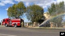 Hình ảnh từ video của KMIR-TV cho thấy nhân viên cứu hỏa chữa cháy tại Trung tâm Hồi giáo Palm Springs, Coachella, 11/12/2015.