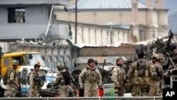 Ảnh minh họa: Các lực lượng an ninh Afghanistan điều tra hiện trường một vụ tấn công tự sát tại Kabul.