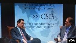 中国外长王毅回答主持人的提问 (美国之音莉雅拍摄 2016年2月25日 )