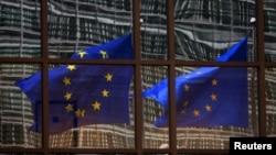 欧盟的旗帜飘扬在布鲁塞尔欧盟总部门前