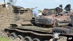 Tank-tank hancur akibat pertempuran antara Salva Kiir dan Riek Machar di area Jabel, Juba, Sudan Selatan. (Foto: dok.)