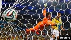 콜롬비아의 샛별로 떠오른 로드리게스의 두 번째 골을 우루과이 골키퍼 페르난도 무스레라가 몸을 던져 막고 있다. 콜롬비아가 2대 0ㅇ으로 승리해 8강 진출을 확정지었다.