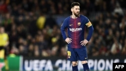 Lionel Messi s'apprête à tirer un coup franc lors du quart de finale aller de Ligue des champions contre l'AS Roma au stade Camp Nou de Barcelone, le 4 avril 2018.