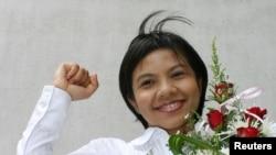 FILE - Thai media activist Supinya Klangnarong celebrates at the criminal court in Bangkok, March 15, 2006.