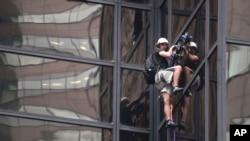 Durante casi cuatro horas el joven escaló la Torre Trump hasta el piso 21, antes de que la policía lo detuviera.