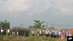 Công an đối đầu với nông dân xã Liên Minh, huyện Vụ Bản, tỉnh Nam Định, 9/5/2012