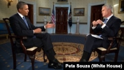 Президент Барак Обама відповідає на запитання журналіста Скатта Пеллі у Білому домі