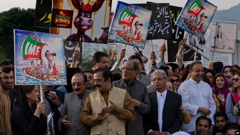 巴基斯坦反對黨議員和支持者2018年10月11日舉行抗議,反對依姆蘭.汗總理尋求從國際貨幣基金組織獲得資金