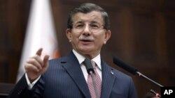 Thủ tướng Thổ Nhĩ Kỳ Ahmet Davutoglu phát biểu trước các nhà lập pháp ở quốc hội tại Ankara hôm 26/1.