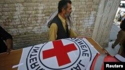 Nhân viên bệnh viện và nhân viên cứu nạn khiêng quan tài của bác sĩ Khalil Rasjed Dale