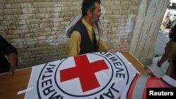 지난 4월 30일 구호활동 중 살해된 영국인 의사 카릴 데일씨의 시신이 운구되고 있다.