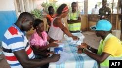 Les membres du personnel électoral comptent les bulletins de vote lors du dépouillement, lors des élections générales à Bissau, en Guinée-Bissau, le 18 mai 2014.