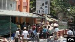 人们在发生族群骚乱的缅甸中部城市密铁拉抢劫商店(美国之音罗尼.迎拍摄)