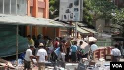 大眾在發生族群騷亂的緬甸中部城市密鐵拉搶劫商店(美國之音羅尼拍攝)