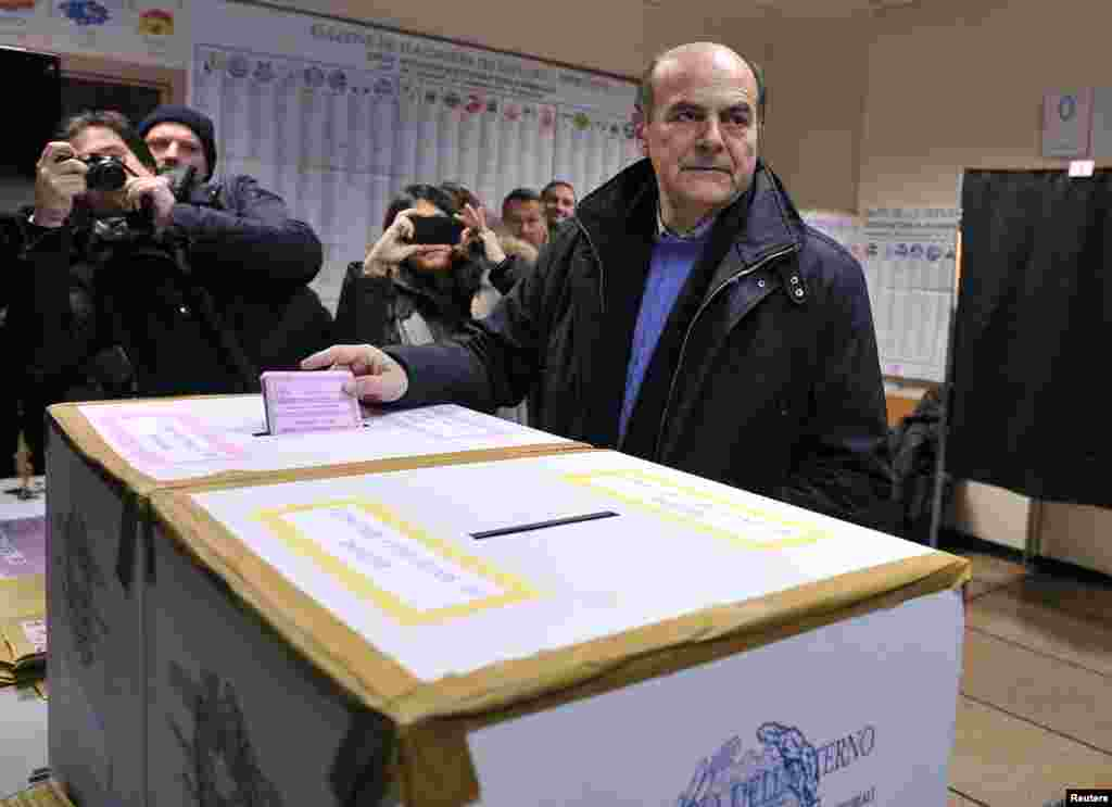 Democratic party leader Pier Luigi Bersani casts his vote in Piacenza, Italy, Feb. 24, 2013.