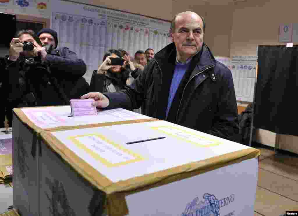 Democratic party leader Pier Luigi Bersani casts his vote in Piacenza, Italy, Feb. 24, 2013.