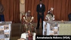 UMnu Peter Zwide kaLanga Khumalo (osesandleni sokhohlo) osebizwa ngoKing Nyamande Lobengula II