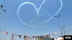 Aviones de la Fuerza Aérea de Egipto dibujan un corazón en el cielo sobre la Plaza Tahrir ante el delirio de los manifestantes. (Sharon Behn/VOA)