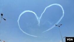Máy bay của không lực Ai Cập bay trên bầu trời thành hình trái tim