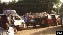 Wasu cikin motocin dake jiran samun rakiyar sojoji kafin su kama hanyar zuwa Gamboru Ngala daga Maiduguri