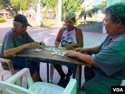 Aura Zayago y sus amigas jugando dominó en la Plaza La República.