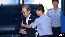 Cựu Tổng thống Lee Myung-bak (trái) được giải đến tòa án ở Seoul, ngày 6/9/2018.