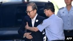 Bivši predsjednik Južne Koreje, Lee Myung-bak, dok ga dovode na suđenje u Seulu, 6. septembra 2018.