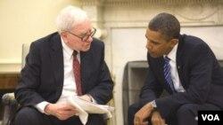 Milyarder Amerika Warren Buffett, yang mengusulkan 'Buffett Rule' berbicara dengan Presiden Obama (foto: dok).