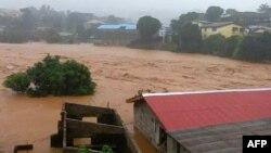 Đường phố bị ngập tại Regent gần Freetown, Sierra Leone ngày 14/8/2017.