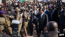 Paul Biya salue des partisans lors d'un meeting dans un stade de Maroua, dans l'Extrême-Nord, Cameroun, le 29 septembre 2018.