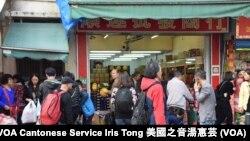 大批疑似水貨客聚集入貨、分貨的上水新功街 (攝影: 美國之音湯惠芸)