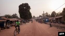 Un homme sur un vélo sur l'avenue principale de Paoua, dans le nord de la Centrafrique, le 27 décembre 2017.