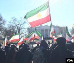 民众星期六聚集在白宫外,对伊朗的抗议活动表示支持。(VOA 波斯语组)