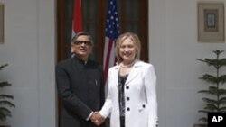 크리시나 인도 외무장관과 악수를 낮누는 클린턴 장관