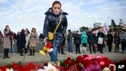 Se cree que los 84 pasajeros y ocho tripulantes del avión militar Tu-154 murieron cuando se estrelló dos minutos después de despegar de Sochi, en Rusia. Los residentes de la zona rinden tributo a las víctimas.