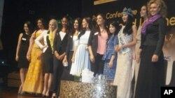 Para kontestan 'Miss World 2013' berfoto bersama seusai konferensi pers di Nusa Dua, Bali (VOA/Muliarta)