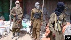 Para anggota kelompok militan Al-Shabab di Somalia (foto: ilustrasi). ISIS di Somalia dipimpin oleh Syekh Abdulkadir Mumin, mantan ilmuwan Al Shabab.