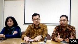 Dari kiri ke kanan; Siane Andriani (anggota KOMNAS HAM), Maneger Nasution (komisioner KOMNAS HAM) dan Trisno Raharjo dari MAjelis Hukum dan HAM PP Muhammadiyah memberikan penjelasan kepada media, Selasa (29/3) tentang pembelaan hak almarhum Siyono. (VOA/M