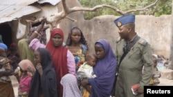4월 29일 나이지리아 군인과 억류에서 풀려난 여성들과 어린이들의 모습.