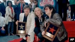 ນັກຮ້ອງ Everly Brothers ແລະ ນັກຮ້ອງ Tom Petty ລົງນາມ ໃນສະຖານທີ່ສແດງລາຍເຊັນ ຂອງບັນດາຣາອາເມຣິກັນທັງຫຼາຍ ທີ່ Walk Of Fame