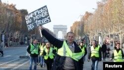 对马克龙政府提高燃油税收不满的抗议人群