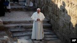 Đức Giáo hoàng cầu nguyện tại nơi nhiều người tin rằng Chúa Giêsu từng được thanh tẩy tại sông Jordan, Jordan, ngày 24 tháng 5, 2014.