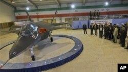 Jet tempur terbaru buatan Iran, Qaher-313, atau Dominant-313, diluncurkan oleh Presiden Mahmoud Ahmadinejad, didampingi para pejabat teras di Tehran (2/2). (Foto: AP)