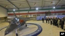 이란의 신형 전투기 카헤르-313을 선보이고 있는 마흐무드 아마디네자드 이란 대통령