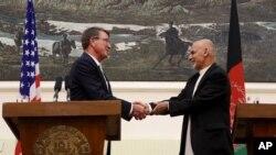 Эштон Картер и Ашраф Гани. Совместная пресс-конференция в Кабуле, Афганистан, 12 июля 2016.