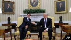 Kanadski premijer Džastin Trudo i predsednik SAD Donald Tramp rukuju se tokom prvog susreta u Beloj kući, 13. februar 2017