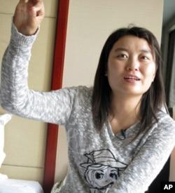 白一彤在榆林市记者下榻的酒店接受采访