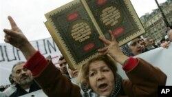 Paris'te Müslümanların düzenlediği bir protesto gösterisi